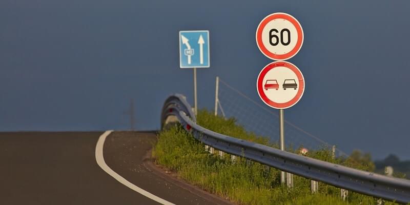 Знак обгон запрещен перед мостом